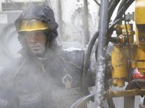 Работник Роснефти на Сузунском месторождении в Красноярском крае. 26 марта 2015 года. Россия увеличила ежесуточное производство нефти и газового конденсата в марте 2015 года до 10,71 миллиона баррелей в сутки против 10,65 миллиона баррелей месяцем раньше, следует из статистики Минэнерго. REUTERS/Sergei Karpukhin