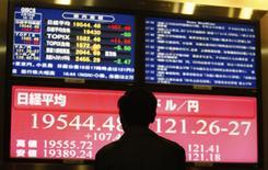 Tela com taxas de câmbio e cotações de ações da Bolsa de Tóquio.  19/03/2015   REUTERS/Yuya Shino