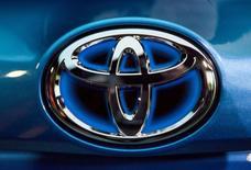 Toyota Motor va investir autour de 150 milliards de yens (1,15 milliard d'euros) dans la construction de deux usines en Chine et au Mexique. Le constructeur automobile japonais s'était imposé une pause de trois ans après s'être engagé dans une expansion tous azimuts qui avait débouché sur un excédent de capacités de production consécutif à la crise financière mondiale./Photo prise le 2 avril 2015/REUTERS/Eric Thayer