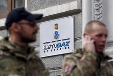 Вывеска у штаб-квартиры Нафтогаза в Киеве 26 марта 2015 года. Украина, договорившаяся накануне об условиях импорта российского газа во втором квартале, перечислила Газпрому $30 миллионов предоплаты за топливо, сообщила пресс-служба украинского импортера госкомпании Нафтогаз. REUTERS/Valentyn Ogirenko