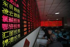 Les autorités boursières chinoises ont approuvé 30 introductions en Bourse (IPO), décision propre à refroidir quelque peu les ardeurs d'un marché boursier qui a gagné 13% depuis le début de l'année. /Photo prise le 5 janvier 2015/ REUTERS/Aly Song