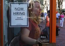 """Cartel de """"Now Hiring"""" en local de Urban Outfitters, Quincy Market, Boston, 5 sep, 2014. Los empleadores de Estados Unidos abrieron en marzo la menor cantidad de puestos de trabajo en más de un año, ante señales de que la economía comenzaba a sentir el efecto de la fortaleza del dólar y la caída de los precios del crudo, lo que podría aplazar una esperada subida de tasas de interés de la Reserva Federal. REUTERS/Brian Snyder"""