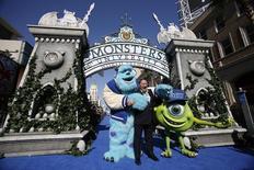 """John Lasseter, chefe de criação dos estúdios de animação Pixar e Walt Disney, ao lado de personagens de """"Monstros S.A."""". 17/06/2014 REUTERS/Mario Anzuoni"""