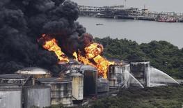 Incêndio em tanques de combustível em Santos. 3/4/2015 REUTERS/Nacho Doce
