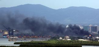 Fumaça sobe do incêndio numa unidade de armazenamento de combustíveis da Ultracargo, em Santos. 06/04/2015 REUTERS/Paulo Whitaker