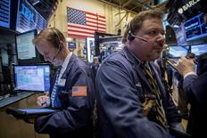 La Bourse de New York a ouvert sur une note légèrement positive mardi, entamant sa troisième séance de hausse d'affilée, dans un marché animé par des fusions et acquisitions, dont une offre de rachat par FedEx de son rival néerlandais TNT Express. L'indice Dow Jones progresse de 0,34% dans les premiers échanges, le Standard & Poor's 500, plus large, avance de 0,27% et le Nasdaq Composite gagne 0,39%. /Photo prise le 6 avril 2015/REUTERS/Brendan McDermid