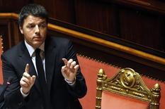 Le budget 2015 de l'Italie ne comportera ni réductions de dépenses ni augmentations d'impôts, a déclaré mardi le président du Conseil, Matteo Renzi, en présentant un document d'orientation qui prévoit de ramener le déficit de 2,6% du PIB cette année à 1,8% en 2016. /Photo prise le 18 mars 2015/REUTERS/Remo Casilli