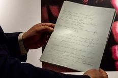 """Manuscrito original no qual o compositor Don McLean escreveu a letra de """"American Pie"""", uma das canções clássicas do século 20, na casa de leilões Christie's, em Nova York. 02/04/2015 REUTERS/Brendan McDermid"""