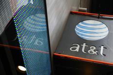 El logo de AT&T en un local comercial en Nueva York. Imagen de archivo, 29 octubre, 2014. La Comisión Federal de Comunicaciones de Estados Unidos alcanzó un acuerdo por 25 millones de dólares con AT&T Inc por una filtración de datos de sus usuarios en centros de atención telefónica en México, Colombia y Filipinas, informó el organismo regulador el miércoles. REUTERS/Shannon Stapleton