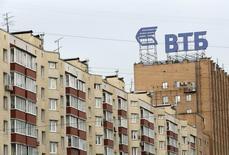 Вывеска ВТБ на здании в Москве 17 июля 2014 года. Арбитражный суд Москвы удовлетворил иск ВТБ о взыскании с Мечела 50,2 миллиарда рублей долга, сказал Рейтер представитель госбанка. REUTERS/Sergei Karpukhin