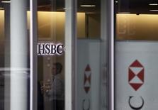 Le groupe bancaire HSBC Holdings a été mis en examen par la justice française dans le cadre d'une enquête portant sur des soupçons de fraude fiscale impliquant sa filiale suisse de banque privée pendant la période 2006-2007.  /Photo prise le 18 février 2015/REUTERS/Pierre Albouy
