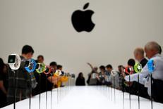 Apple prévoit que la demande pour sa montre connectée Apple Watch serait supérieure à l'offre au moment de sa commercialisation, le 24 avril.  La montre connectée du fabricant à la pomme sera disponible vendredi pour des précommandes depuis son site internet. /Photo prise le 9 septembre 2014/REUTERS/Stephen Lam
