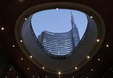 Le conseil d'administration d'UniCredit, première banque italienne par les actifs, a donné son feu vert jeudi au lancement avec Intesa Sanpaolo et KKR d'une structure de défaisance qui reprendra les créances douteuses du secteur bancaire du pays. /Photo prise le 17 février 2015/REUTERS/Stefano Rellandini