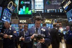 Трейдеры на торгах Нью-Йоркской фондовой биржи 17 марта 2014 года. Фондовые рынки США выросли в четверг благодаря акциям нефтяных компаний, поднявшихся вслед за стоимостью нефти. REUTERS/Brendan McDermid