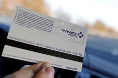 Vinci (-0,04%) et Eiffage (-1,03%) perdent du terrain au lendemain de l'accord à l'arrachée signé entre l'Etat français et les sociétés d'autoroutes.  Au même moment, à 12h51, l'indice CAC 40 gagne 0,5% et s'apprête à signer sa meilleure performance hebdomadaire (+3,2%) depuis janvier. /Photo d'archives/REUTERS/ Régis Duvignau