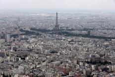 Standard & Poor's a confirmé vendredi la note à long terme AA de la dette souveraine de la France ainsi que la perspective négative qui lui est attachée. /Photo d'archives/REUTERS/Philippe Wojazer