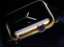 En la imagen, el presidente ejecutivo de Apple, Tim Cook, introduce el Apple Watch durante un evento de Apple en San Francisco, California. 9 de marzo, 2015. Muchos consumidores acudieron el viernes a la tienda de Apple en Sídney el viernes para tener el primer vistazo mundial del reloj inteligente del gigante tecnológico, que la compañía espera que sea su próximo gran éxito comercial.  REUTERS/Robert Galbraith