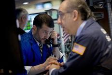 En la imagen, operadores trabajan en la Bolsa de Nueva York. 9 de abril, 2015. Los inversores adoptarán la próxima semana una actitud de cautela ante las recientes estimaciones sobre la salud de la economía de Estados Unidos, a pesar de que la atribulada Europa muestra las primeras señales de mejora. REUTERS/Brendan McDermid