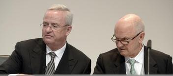 Ferdinand Piech (à gauche), président du conseil de surveillance de Volkswagen, a paru dimanche un peu plus isolé au sein du groupe automobile allemand après ses critiques à l'encontre du président du directoire, Martin Winterkorn (à droite). /Photo d'archives/REUTERS/Fabian Bimmer
