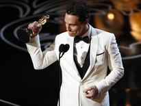 """Matthew McConaughey accepts the Oscar for best actor for his role in """"Dallas Buyers Club"""" at the 86th Academy Awards in Hollywood, California March 2, 2014.   REUTERS/Lucy Nicholson"""