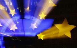 El logo del euro visto frente a la ex sede del Banco Central Europeo en Fráncfort. Imagen de archivo, 20 enero, 2015.  El programa de alivio cuantitativo del Banco Central Europeo (BCE) de 1 billón de euros ya está teniendo un impacto significativo en la economía de la zona euro, arrojó un sondeo de Reuters a operadores en el mercado de divisas.   REUTERS/Kai Pfaffenbach