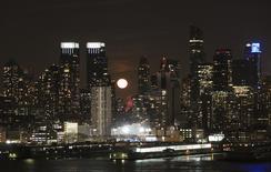 La luna se esconde atrás de los rascacielos de Nueva York. Imagen de archivo, 6 marzo, 2015. Estados Unidos cerró marzo con un déficit presupuestario de 53.000 millones de dólares, un alza del 43 por ciento frente al mismo mes del año pasado, dijo el lunes el Departamento del Tesoro. REUTERS/Pawel Kopczynski