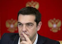 Le Prmeier ministre grec, Alexis Tsipras, lors d'une conférence de presse à Moscou. La Grèce a démenti lundi des informations du Financial Times selon lesquelles elle se préparait à un défaut si elle ne parvenait pas à un accord avec ses créanciers d'ici la fin du mois. /Photo prise le 8 avril 2015/REUTERS/Alexander Zemlianichenko/Pool