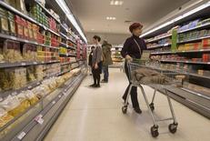 L'inflation est demeurée nulle en Grande-Bretagne au mois de mars. L'indice des prix à la consommation a progressé de 0,2% de février à mars mais se maintient à zéro sur un an, un taux très éloigné de l'objectif de 2% défini par la Banque d'Angleterre (BoE). /Photo d'archives/REUTERS/Neil Hall