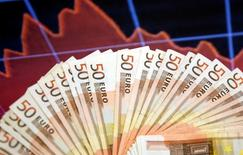 """Le Fonds monétaire international (FMI) a relevé ses prévisions de croissance en zone euro pour 2015 et 2016 pour tenir compte de l'impact de la baisse du pétrole et de l'euro et revu à la baisse ses anticipations pour le PIB américain, qui reste néanmoins selon lui dans une dynamique """"robuste"""". La croissance en zone euro accélérerait de 0,9% en 2014 à 1,5% en 2015 (+0,3 point par rapport aux prévisions de janvier) puis à 1,6% l'an prochain (+0,2 point). /Photo d'archives/REUTERS/Dado Ruvic"""