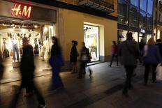 Le géant suédois du prêt-à-porter Hennes & Mauritz a annoncé mercredi une progression plus forte que prévu, de 10%, de ses ventes en mars par rapport au même mois de 2014. /Photo prise le 11 mars 2015/REUTERS/Gustau Nacarino