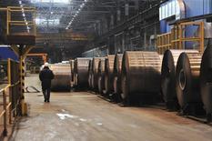 Цех НЛМК. Липецк, 30 января 2014 года. Один из крупнейших производителей стали в РФ Новолипецкий меткомбинат снизил выпуск в первом квартале на 6 процентов по сравнению с предыдущим кварталом до 3,87 миллиона тонн, сообщила компания в среду. REUTERS/Andrey Kuzmin