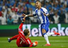 Quaresma marca gol do Porto contra o Bayern de Munique.  REUTERS/Miguel Vidal