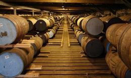 Бочки для виски на складе завода Diageo Cardhu в Шотландии. 21 марта 2014 года. Крупнейший в мире производитель спиртных напитков Diageo сократил квартальные продажи из-за эффекта высокой базы в Великобритании и уменьшения запасов ритейлерами в Юго-Восточной Азии. REUTERS/Russell Cheyne