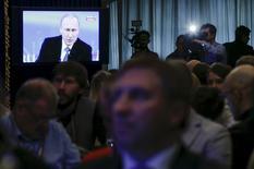 Журналисты смотрят трансляцию прямой линии президента РФ Владимира Путина в пресс-центре в Москве. 16 апреля 2015 года. Российский президент Владимир Путин сказал, что возобновление сделки о поставках Ирану зенитно-ракетных комплексов С-300 является ответом на гибкость Тегерана в переговорах с Западом о ядерной программе. REUTERS/Maxim Shemetov