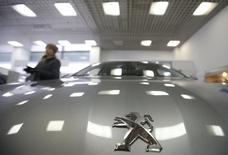 Avec 1.063 demandes publiées l'an dernier, PSA Peugeot Citroën conserve la première place du classement des déposants de brevets de l'Institut national de la propriété intellectuel (INPI), devant l'équipementier aéronautique Safran (717) et le Commissariat à l'énergie atomique (625). /Photo prise le 1er avril 2015/REUTERS/Maxim Zmeyev