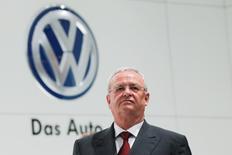 Volkswagen a annoncé que Martin Winterkorn conserverait son poste du président du directoire du constructeur automobile allemand, infligeant ainsi un rare désaveu à son puissant président du conseil de surveillance Ferdinand Piëch. /Photo prise le 13 avril 2015/REUTERS/Wolfgang Rattay