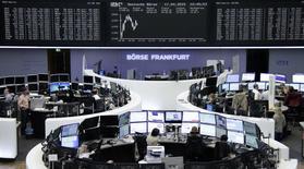 Les Bourses européennes ont accentué leurs pertes vendredi à mi-séance, et Wall Street est attendue en baisse également, un accès de faiblesse attribué à l'arrivée à échéance des contrats sur indices, à une baisse des futures sur indices boursiers chinois, ainsi qu'aux inquiétudes sur les négociations grecques. À Paris, l'indice CAC 40 perd 1,3% vers 13h10 et à Francfort, le Dax cède 1,68%. /Photo prise le 17 avril 2015/REUTERS/Remote/Staff