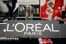 El logo de L'Oréal en una tienda comercial en París, abr 20 2015.  L'Oreal informó el lunes un aumento del 14,1 por ciento en las ventas del primer trimestre, ayudado por la debilidad del euro y una fortaleza en la demanda de productos de lujo.   REUTERS/Charles Platiau