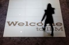 """International Business Machines a annoncé lundi une baisse de quelque 12% de son chiffre d'affaires au premier trimestre, le groupe de services informatiques continuant de céder des actifs non rentables pour se recentrer sur l'informatique dématérialisée (""""cloud-computing""""). Le chiffre d'affaires a été de 19,6 milliards de dollars. /Photo d'archives/REUTERS/Morris Mac Matzen"""