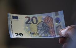 Новая купюра номиналом в 20 евро в Банке Австрии 24 февраля 2015 года. Курс евро снижается под давлением опасений, что Греция объявит дефолт по долгам и выйдет из еврозоны. REUTERS/Leonhard Foeger
