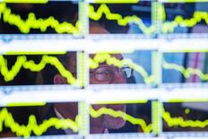 Les Bourses européennes évoluent en ordre dispersé à la mi-séance mardi et en dessous des plus hauts du début de journée, la baisse de l'indice ZEW du sentiment des investisseurs en Allemagne et les inquiétudes liées à la Grèce ayant occulté l'élan positif donné par les résultats d'entreprises cotées. À Paris, le CAC 40 gagnait 0,1% à 12h25. À Francfort, le Dax avançait de 0,6% et à Londres, le FTSE abandonnait 0,15%./Photo d'archives/REUTERS/Lucas Jackson