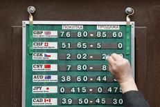 Работник обменного пункта меняет курсы валют. Москва, 20 апреля 2015 года. Власти РФ хотят, чтобы курс рубля был предсказуемым, и не заинтересованы ни в чрезмерном ослаблении, ни в чрезмерном укреплении национальной валюты, сказал, выступая в Госдуме, премьер-министр Дмитрий Медведев. REUTERS/Maxim Shemetov
