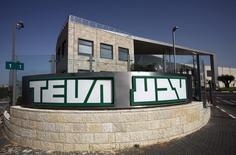 Les titres des génériqueurs Teva et Mylan figurent au rang des valeurs à suivre ce mardi sur les marchés américains, alors que, selon Bloomberg, le laboratoire israélien s'apprêterait à lancer une offre non sollicitée sur le groupe américain. /Photo d'archives/REUTERS/Baz Ratner