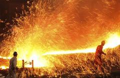 Unos empleados trabajando en una acería en Dalian, China. Mar 16 2015. La producción global de acero crudo cayó un 2,7 por ciento en marzo frente al año anterior, con un descenso en todas las regiones, incluida China, que fabrica la mitad del acero mundial, mostraron el martes cifras de la industria.   REUTERS/China Daily/Files