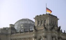 Le gouvernement allemand a relevé mercredi sa prévision de croissance pour les années 2015 et 2016, anticipant à présent un PIB en hausse de 1,8% sur chacune de ces deux années, alors qu'il anticipait auparavant 1,5% de croissance cette année et 1,6% la suivante. /Photo d'archives/REUTERS/Stefanie Loos