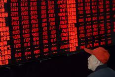 Инвестор в брокерской конторе в Тайюане. 21 апреля 2015 года. Азиатские фондовые рынки, кроме Южной Кореи, выросли в среду благодаря оптимизму инвесторов в Японии и Китае. REUTERS/Jon Woo
