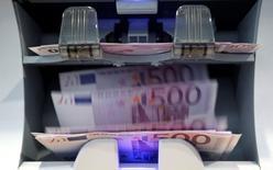 La croissance de l'économie française devrait atteindre 1,0% cette année, puis accélérer à 1,4% en 2016 et 1,6% en 2017, estiment en moyenne les économistes interrogés par Reuters. /Photo d'archives/REUTERS/Pascal Lauener