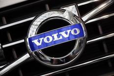 Логотип Volvo. Лос-Анджелес, 18 ноября 2014 года. Производитель грузовиков Volvo сменил главу компании, убрав с поста руководителя Олофа Перссона, почти четыре года старавшегося сделать более эффективной работу крупнейшей компании Швеции. REUTERS/Lucy Nicholson