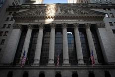 La Bourse de New York a ouvert en hausse prudente faute d'une tendance claire dans les multiples résultats de sociétés publiés ces dernières heures et avant un indicateur important du marché immobilier américain. Cinq minutes après le début des échanges, le Dow Jones gagnait 0,2%, le Standard & Poor's 500 progressait de 0,18% et le Nasdaq Composite prenait 0,22%. /Photo d'archives/REUTERS/Carlo Allegri