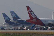 Aviones de TAM y LAN aparcados en el aeropuerto internacional de Santiago, ago 14 2010. Los trabajadores de una filial chilena de LATAM Airlines bloquearon el miércoles el acceso al principal aeropuerto de la capital, cuando se cumplieron dos semanas en huelga legal en demanda de mejoras salariales y laborales. REUTERS/Ivan Alvarado